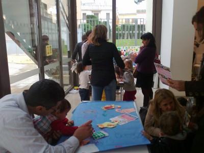 Los niños y niñas decorando el Auditorio